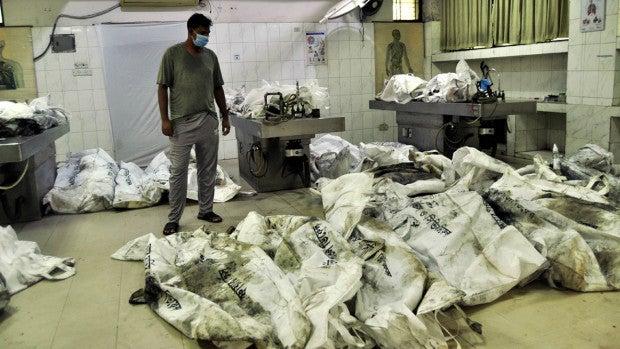 মর্গে পোড়া লাশের গন্ধ, বাইরে স্বজনদের আহাজারি   NTV Online